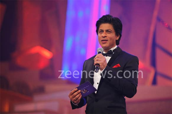 Shah Rukh Khan sizzles at Zee Cine Awards 2013.