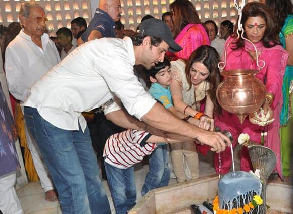Hrithik Roshan with his family celebrates Mahashivratri. (Coutesy: Filmfare Twitter)