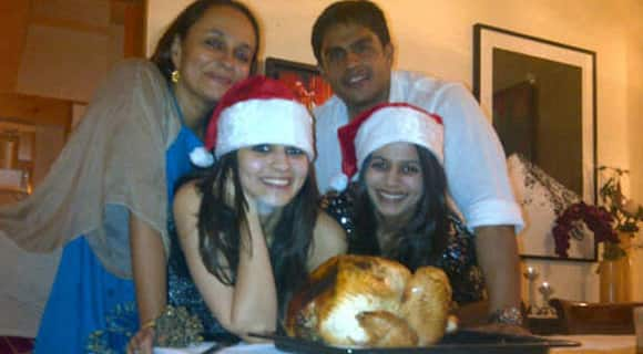 Alia Bhatt poses with her mother Soni Razdan, sister Shaheen and brother Rahul Bhatt.  Image Courtesy: @twsonirazdan