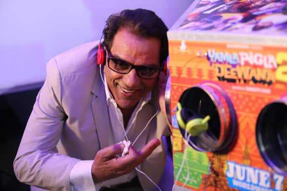 Dharmendra is thrilled after watching the trailer of YPD 2 through the bioscope at the launch of the official launch.