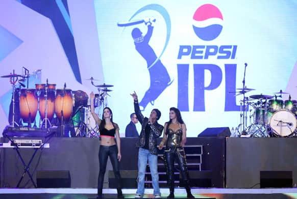 King Khan with his ladies - Deepika and Katrina. Image courtesy: Ravi Shanker Tulsan/Red Chillies Entertainments