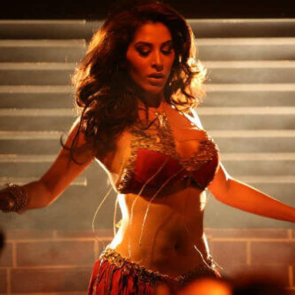 Sophie Choudry sets the temperature soaring  in an item song from 'Shootout At Wadala'.   Image Courtesy: @Sophie_Choudry
