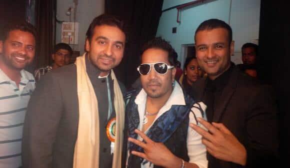 Mika Singh with enterpreneur Raj Kundra and actor Rohit Roy at  Punjab Association Baisakhi festival.    Image Courtesy: @TheRajKundra