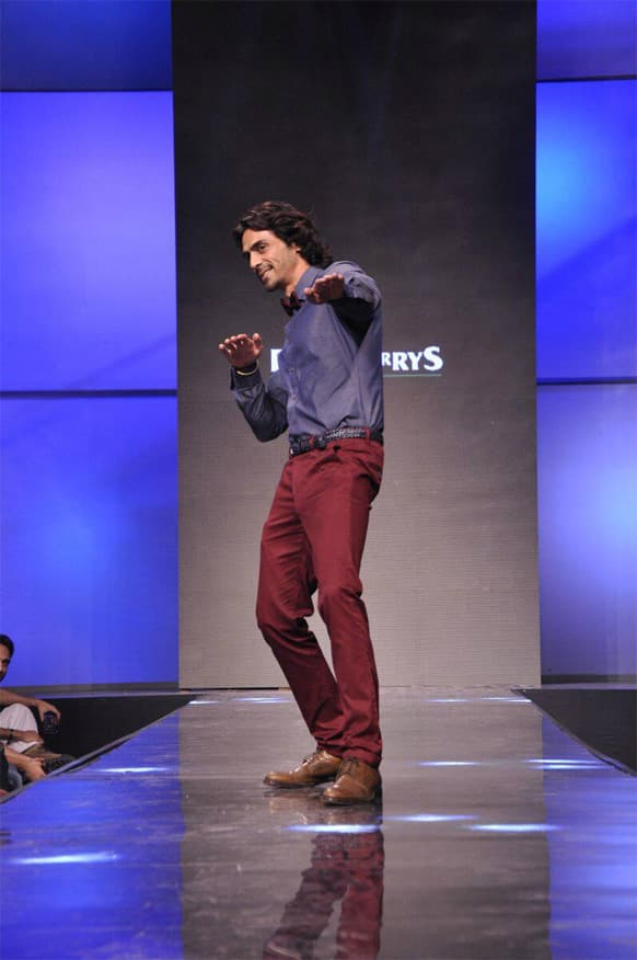 Arjun Rampal struts down the ramp in his uber-cool style at a recently held fashion event.
