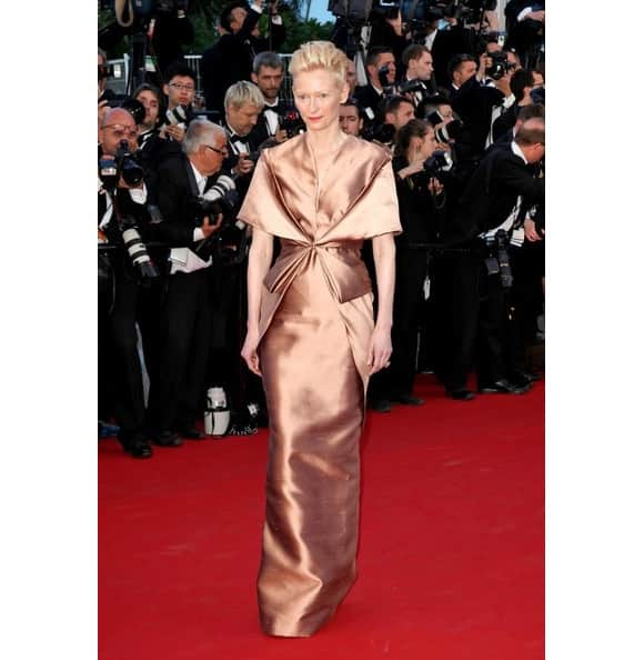 Looking at Tilda Swinton`s ill-fitted gown, it seems that she has wrapped around a shiny cloth.
