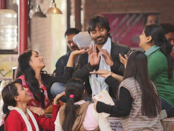 Dhanush is surrounded by women on all sides. A true Raanjhanna indeed!