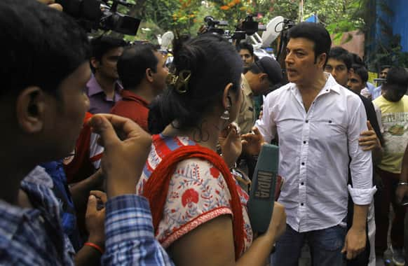 Aditya Pancholi argues with members of the media during the funeral of Bollywood actress Jiah Khan in Mumbai.