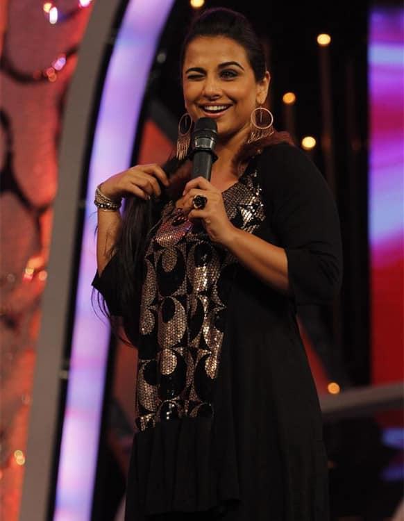 Vidya Balan winks at the audience on the 'Dance India Dance - Super Moms' stage. The actress was there to promote her upcoming film 'Ghanchakkar'.