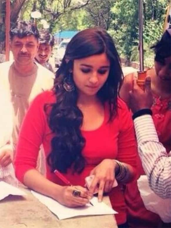 Alia Bhatt was spotted at IIM Ahmedabad, shooting for '2 States'.