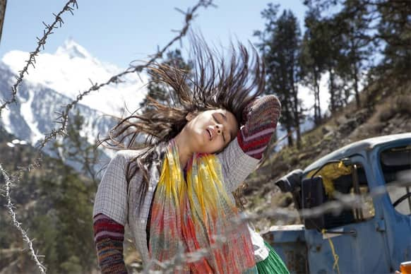 Alia Bhatt in a candid still from Imtiaz Ali's 'Highway'.