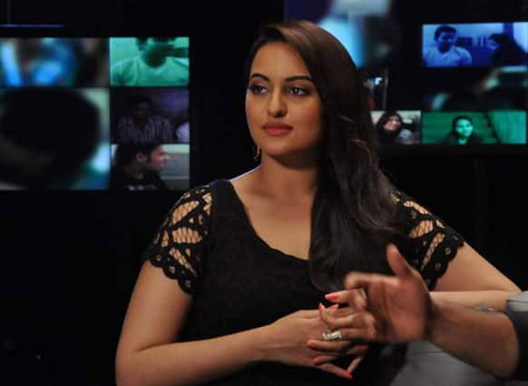Sonakshi Sinha was spotted by the lensmen on the sets of a reality TV show. (Pic courtesy: Filmfare)