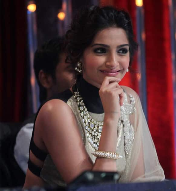 The pretty Sonam Kapoor snapped while promoting her upcoming release 'Raanjhanaa' on the sets of a dance reality show.