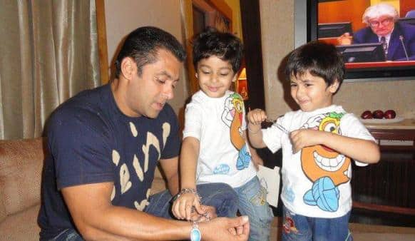 Salman Khan snapped with his little admirers.    Photo Courtesy: Pinkvilla