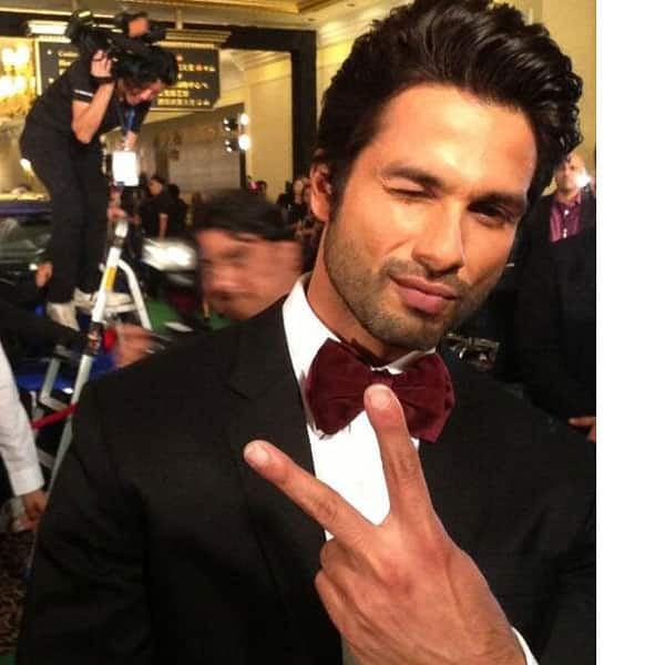 Shahid Kapoor looking enthusiatic to take the stage as the host for the evening.