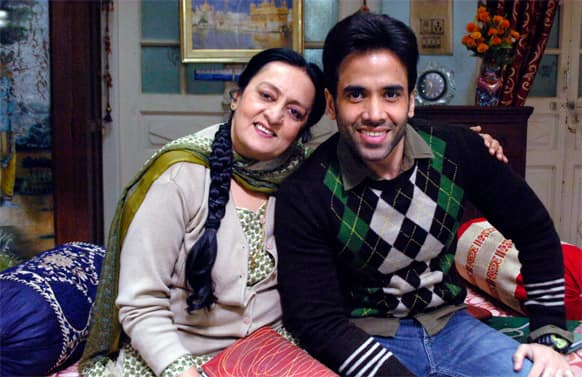 Onscreen mother-son duo Dolly Ahulwalia and Tusshar Kapoor in a still from 'Bajatey Raho'.
