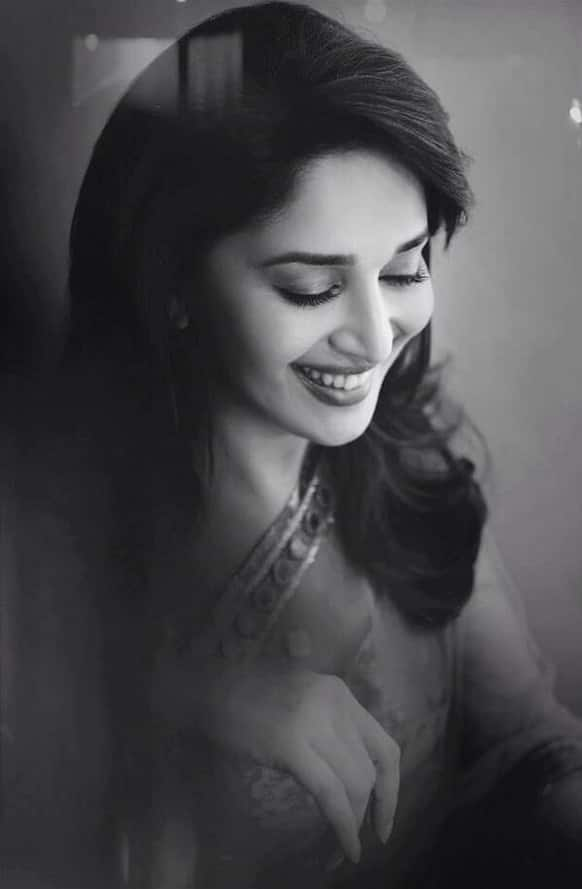 Drop dead gorgeous! Madhuri Dixit looks stunning in this pic. Image courtesy: @MadhuriDixit1