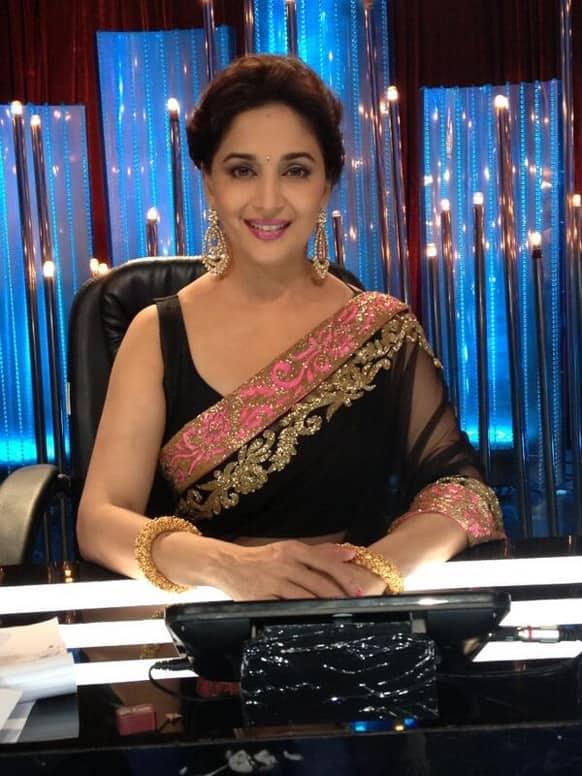 Madhuri Dixit on the sets of 'Jhalak Dikkhla Jaa'. Pic courtesy: @MadhuriDixit1