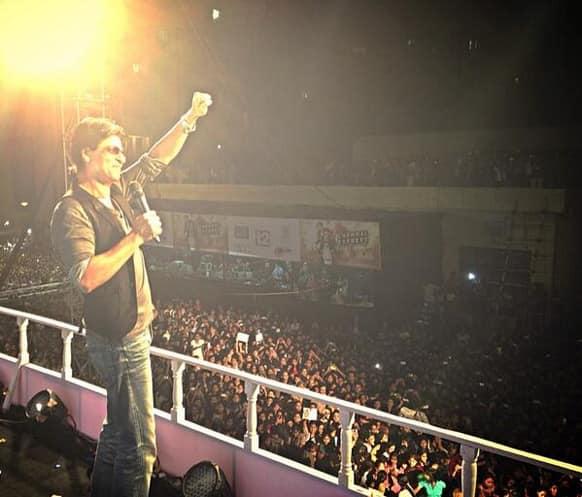 Shah Rukh Khan promoted 'Chennai Express' in Kolkata. Pic courtesy: @MandviSharma
