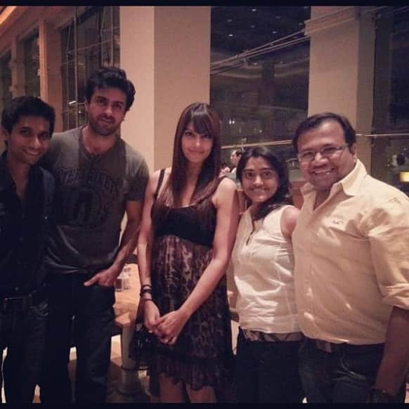 Harman Baweja and Bipasha Basu pose for a picture with their friends.