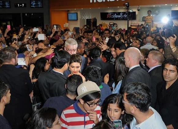 The stars of 'Chennai Express' get mobbed by crazy fans in the UK. (Pci courtesy: UTV Motion Pictures)