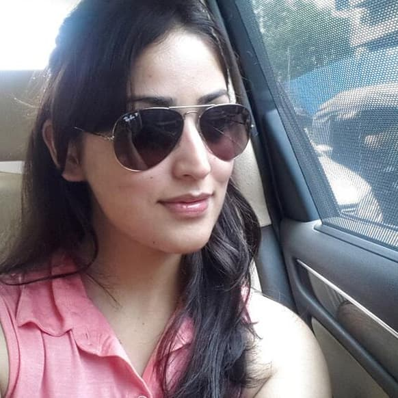 Yami Gautam tweets a picture of herself, on the way to her Filmfare photoshoot.      Image Courtesy:@YaamiOfficial