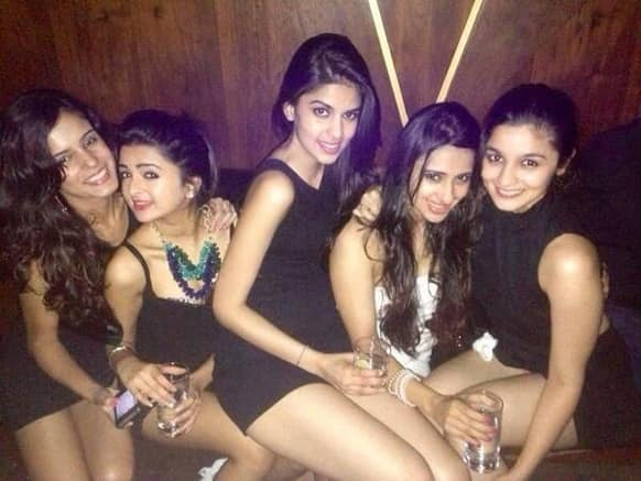 A picture of Alia Bhatt partying with her girl pals.