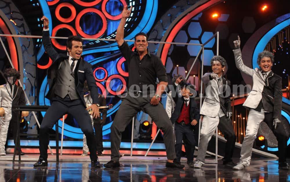 Akshay Kumar joins host Rithvik Dhanjani and contestants Faisal and Rohan as they dance to 'Main Khiladi Tu Anari'.