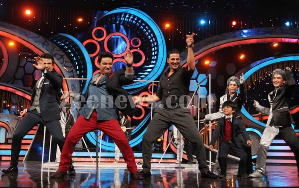 Judge Ahmed Khan dances with Akshay Kumar.
