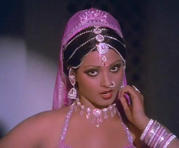 Rekha starred opposite Amitabh Bachchan for the first time in movie 'Do Anjaane'.