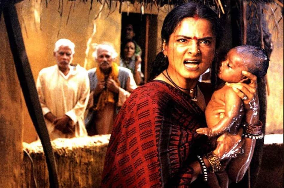 Rekha delievered one of her finest performances in Rajkumar Santoshi's feminist drama 'Lajja'.
