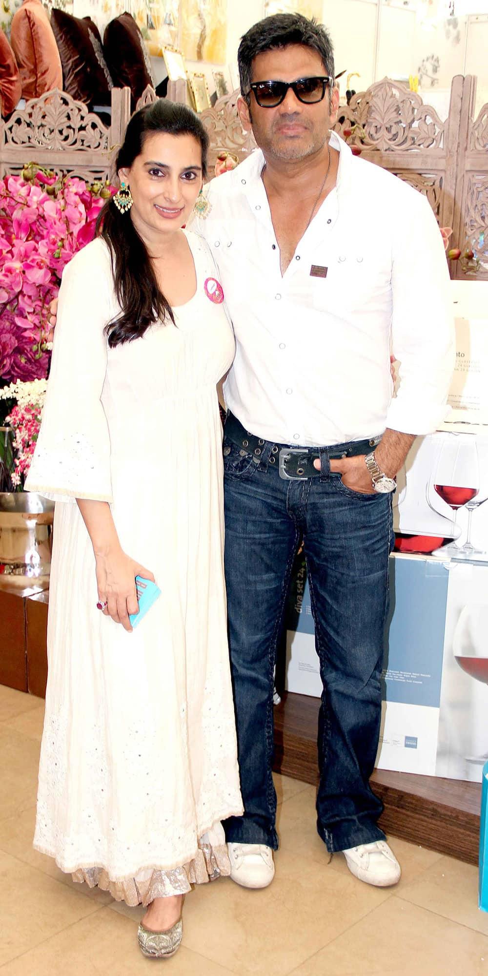 Mana and Suniel Shetty during the Mana Shetty's Araaish Exhibition in Mumbai. Pic Courtesy: DNA