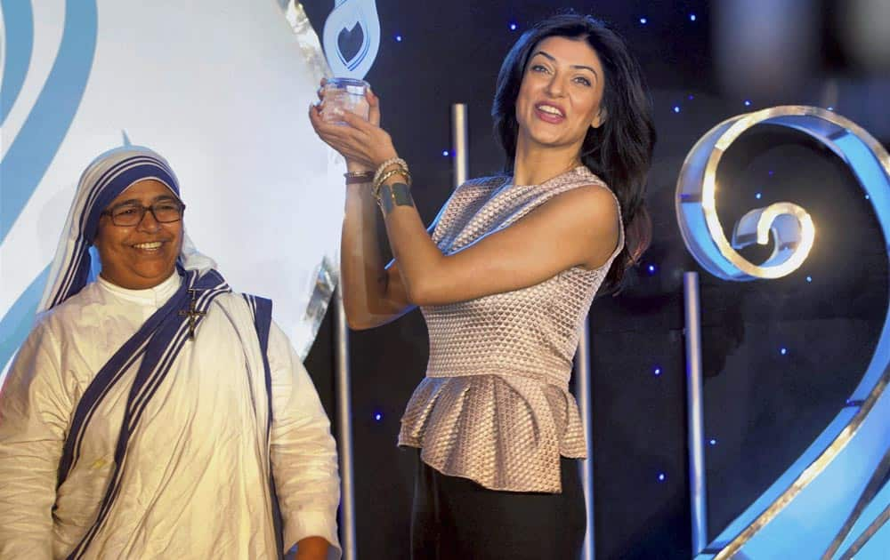 Bollywood actress Sushmita Sen receives the 6th Edition of Mother Teresa Memorial International Awards for Social Justice 2013 from Sister Magdalitha in Mumbai.