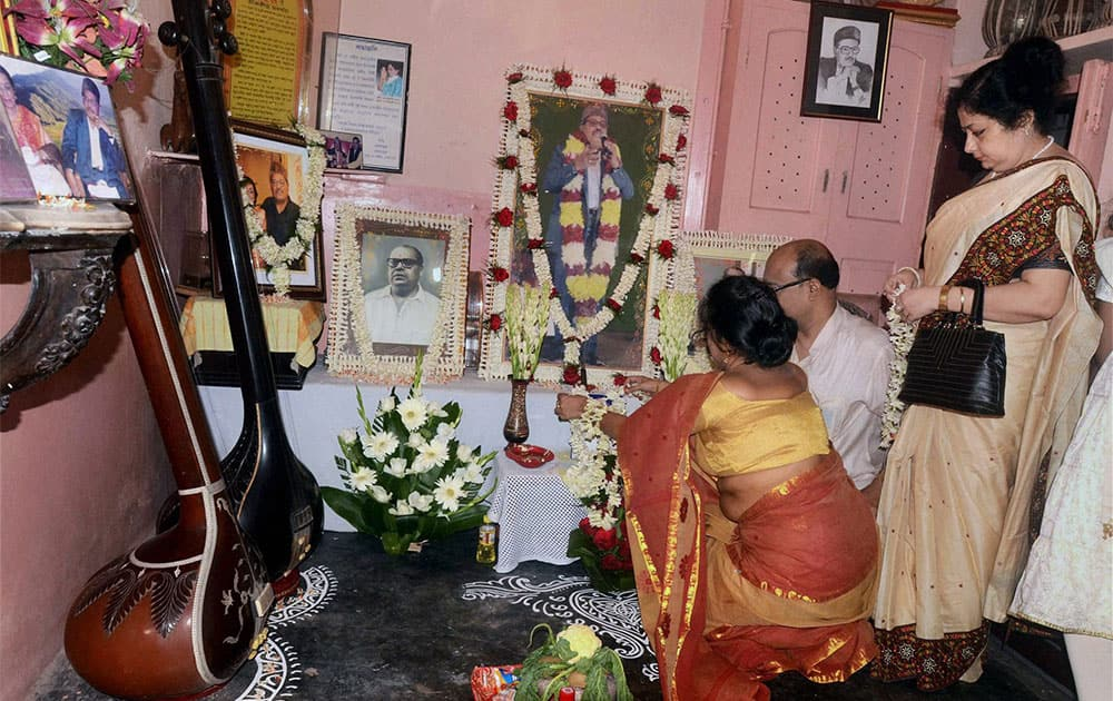 Family members of singer Late Manna Dey paying homage to a potrait of Manna Dey during a memorial meeting in Kolkata.