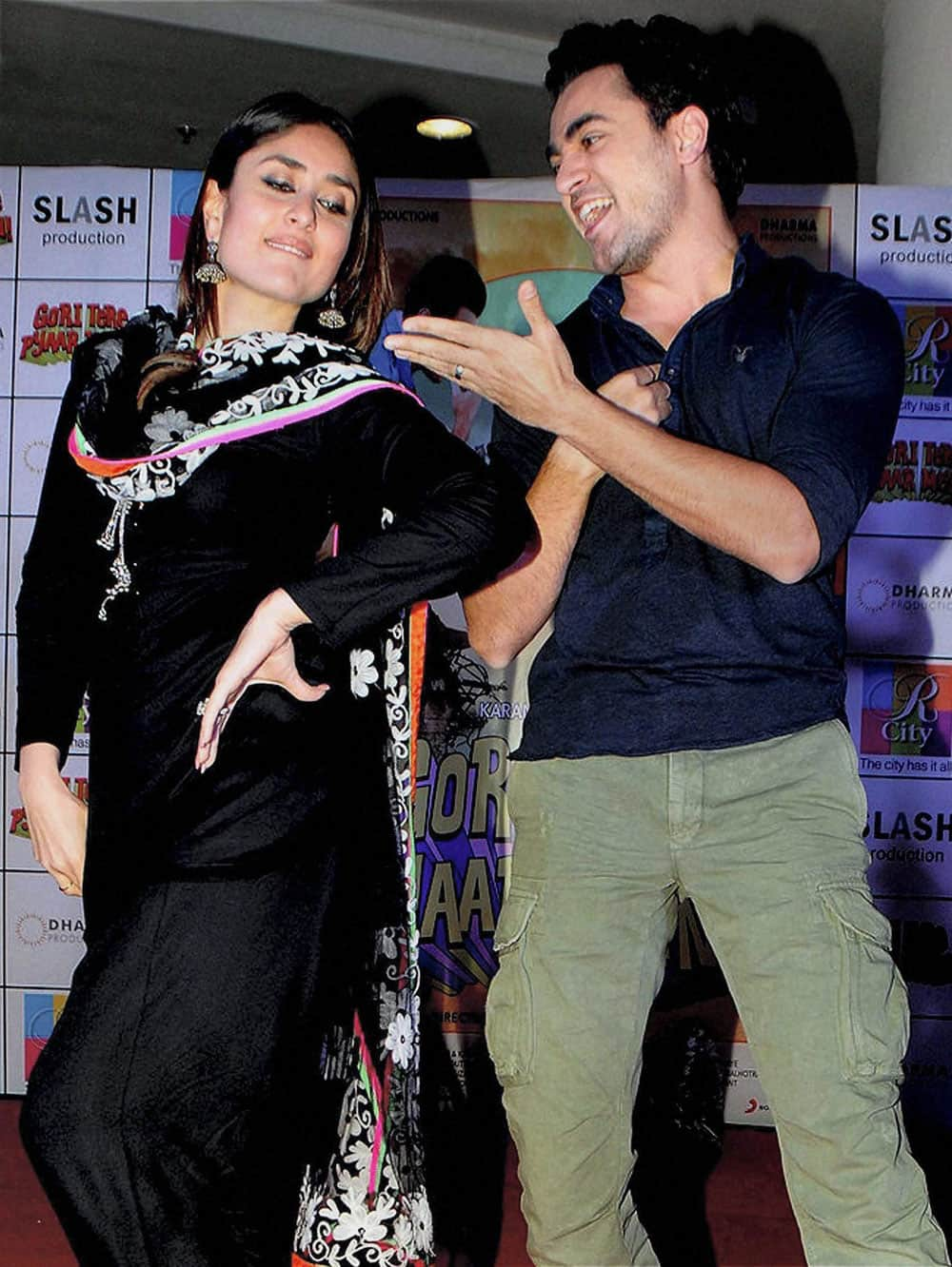 Bollywood actors Kareena Kapoor and Imran Khan dance during the promotion of their upcoming film 'Gori Tere Pyar Mein'.