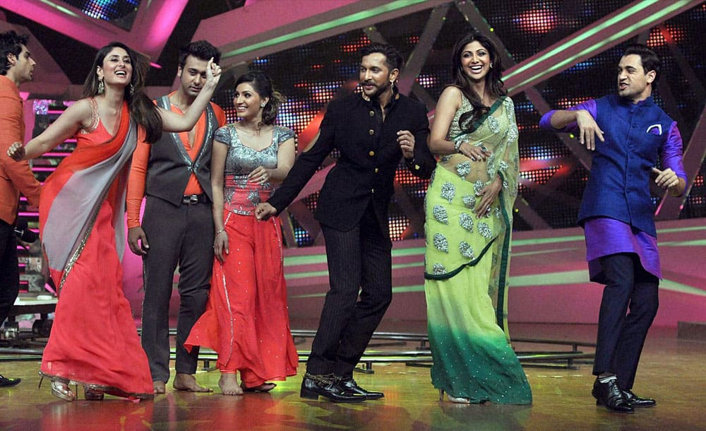 Bollywood actors Kareena Kapoor and Imran Khan dance with contestants as they promote their upcoming film 'Gori Tere Pyar Mein'