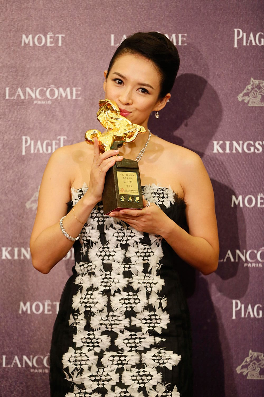 Best Leading actress Zhang Ziyi holds her award for her film