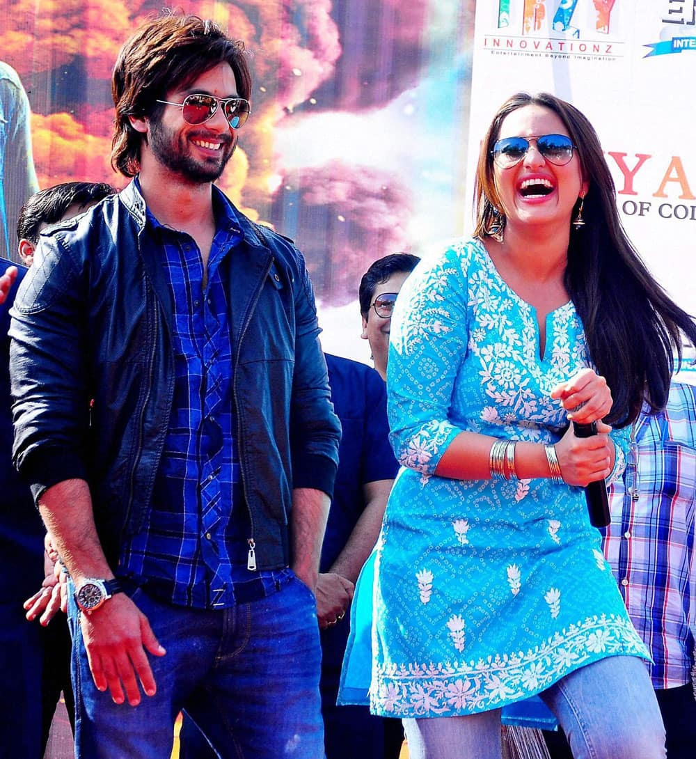 Actors Sonakshi Sinha and Shahid Kapoor performs during a promotional event for their upcoming film ' R Rajkumar' in Jaipur.