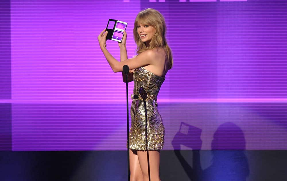 Taylor Swift announces the award for favorite male artist - pop/rock at the American Music Awards at the Nokia Theatre L.A.