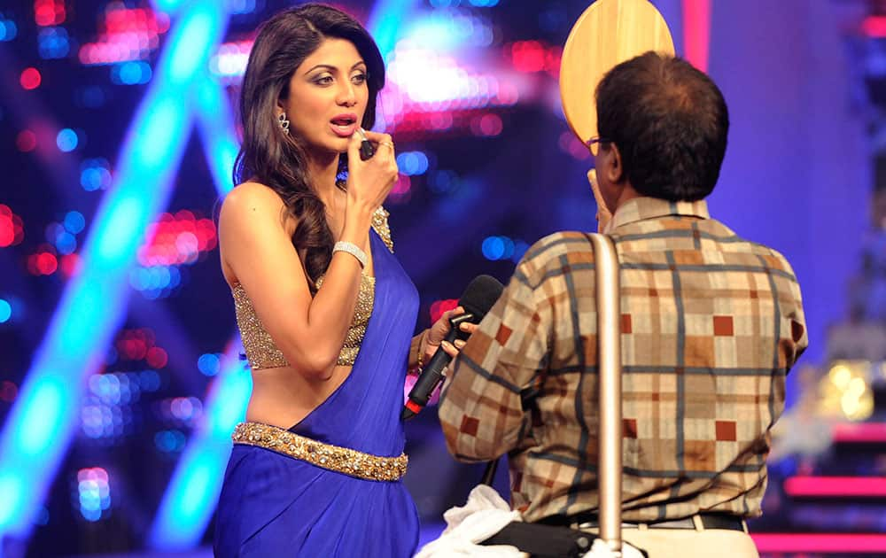 Bollywood actor Shilpa Shetty Kundra retouches her makeup before the filming of a Nach Baliye episode in Goregaon. Pic Courtesy: DNA