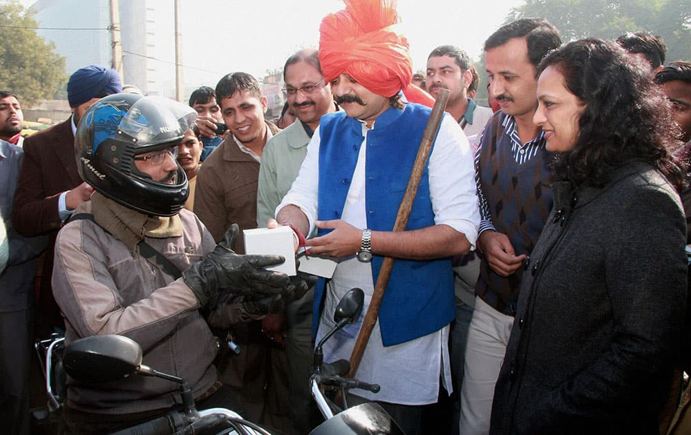 Bollywood actor Chandrachur Singh raises awareness about traffic rules at Iffco chowk in Gurgaon.