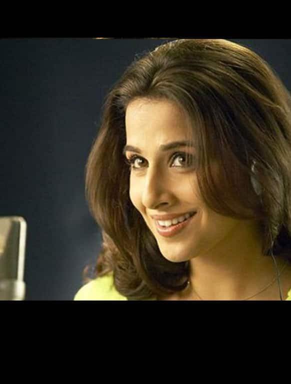 Lagey Raho Munna Bhai - As the effervescent Radio Jockey 'Jahnvi'