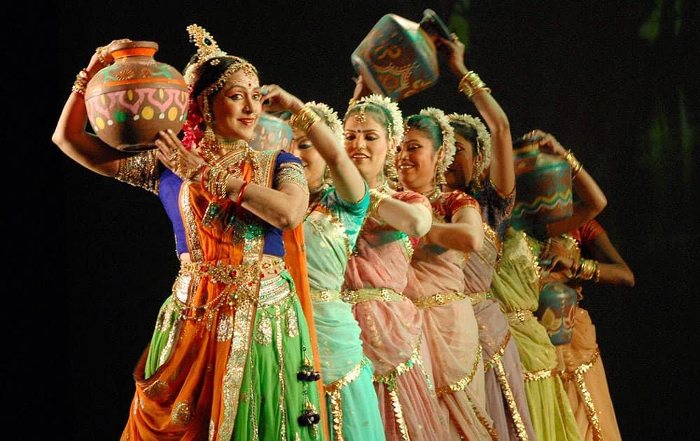 Bollywood Actress Hema Malini performs at a programme in Jaipur.