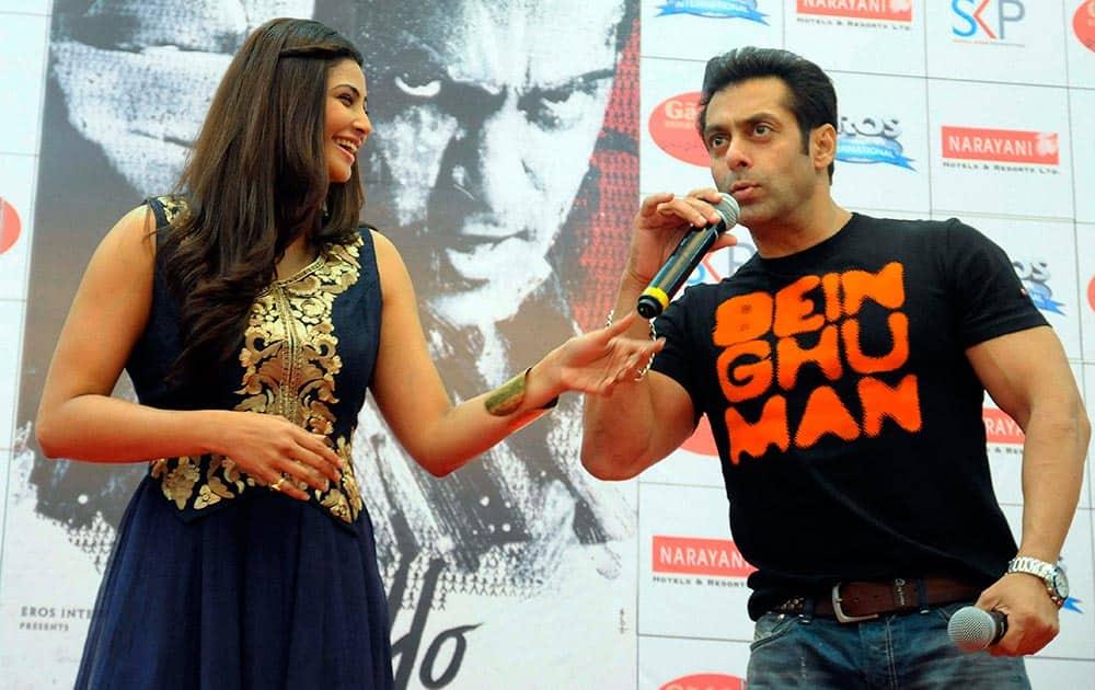 Bollywood actors Salman khan and Daisy Shah promote their film 'Jai Ho' in Ahmedabad.