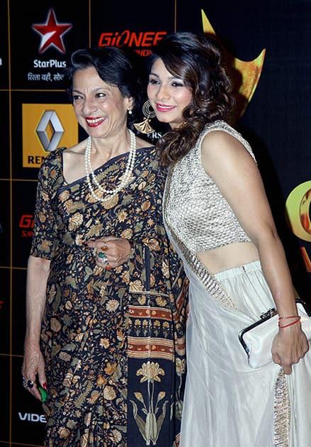 Tanisha Mukherjee with mother Tanuja during an Awards show in Mumbai.