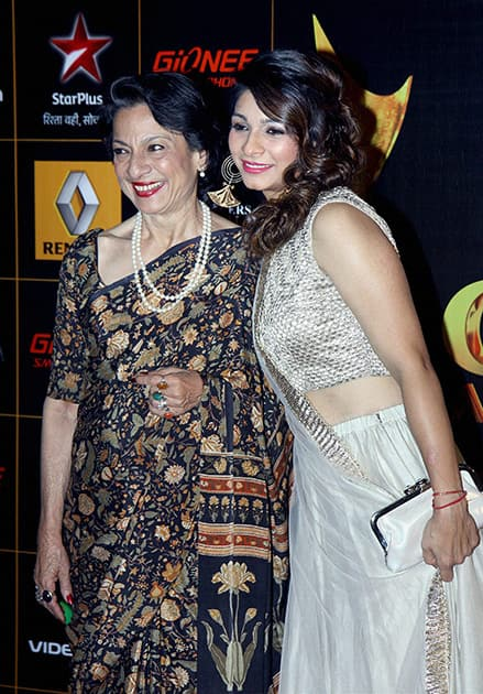 Tanisha Mukherjee with mother Tanuja during an Award show in Mumbai.