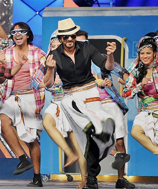 Shah Rukh Khan performs during the annual Mumbai Police event, Umang 2014, in Mumbai.
