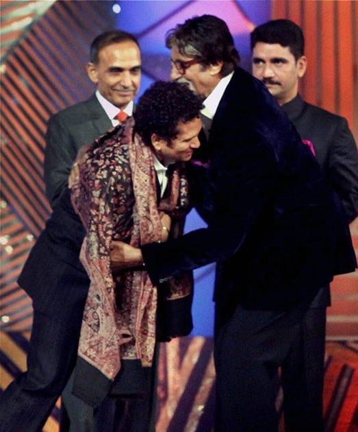 Amitabh Bachchan honours Sachin Tendulkar during the Mumbai police show, 'Umang 2014' in Mumbai.