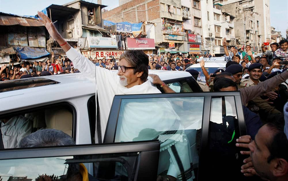 Amitabh bachchan waves to fans during shoot of Gujarat tourism promotional film at Juma Masjid in Ahmedabad.