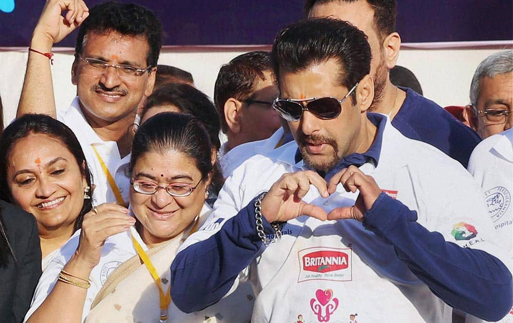 Actor Salman Khan along with Maharashtra CM's wife Satwasheela, flags off Littile Hearts Marathon in Mumbai.
