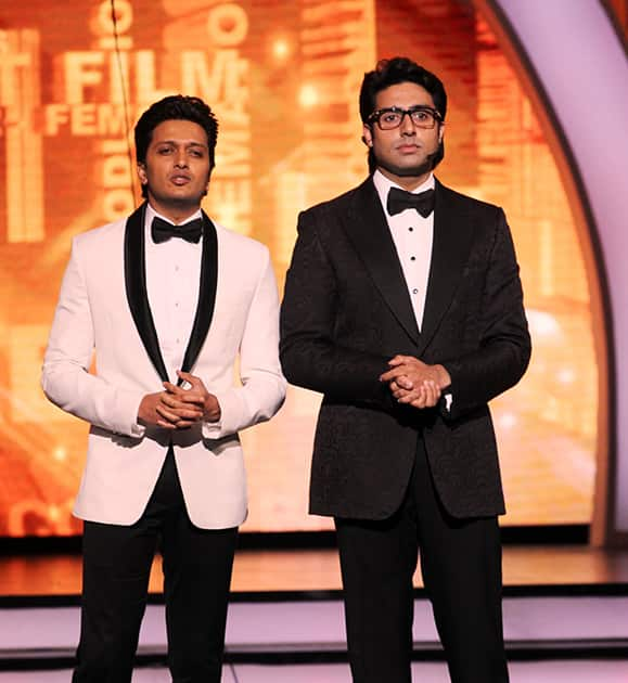 The charming duo 'Abhishek Bachchan and Riteish Deshmukh' reunite and pay a tribute to the unsung backstage heroes at Zee Cine Awards.